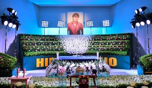 大阪球場を模した西城秀樹さんの祭壇