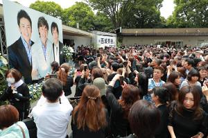 出棺を見送るために集まった大勢のファン