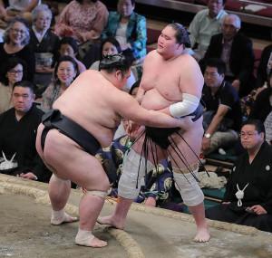 照ノ富士(右)は天風に寄り切りで敗れる