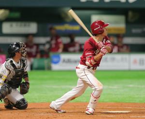 8回2死三塁、田中が左越え2点本塁打を放つ(カメラ・岩下 翔太)