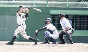 2回2死三塁、明桜・山口が左翼に大飛球を放ち適時二塁打とした