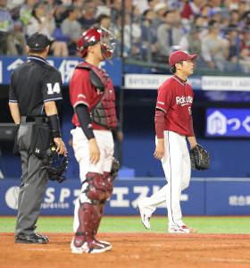 4回無死一、三塁、宮崎に右翼線勝ち越し適時二塁打を浴びた古川(カメラ・佐々木 清勝)