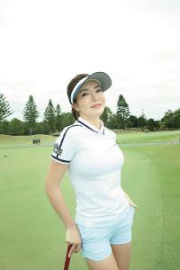 白いゴルフウエア姿のアン・シネ(写真/野村誠一 講談社刊)