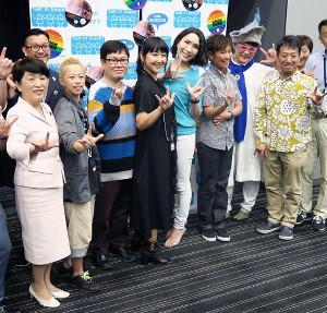 ドキュメンタリー映画「私はワタシ over the rainbow」に出席した東ちづる(中央)