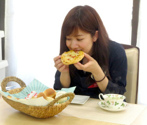 ピザパンにさっそくかじりつく。味には大満足のようだ