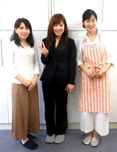実森(中央)は体験終了後、伊藤さん(右)、一緒にパンを作った生徒さんと記念撮影をした