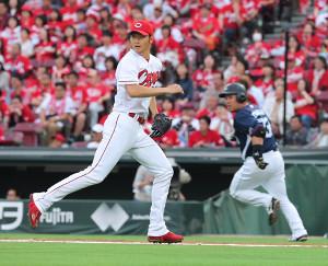 2回無死一、二塁、山川(右)に左前適時打を打たれ本塁ベースカバーに走る薮田