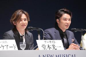 初共演ミュージカルへの意気込みを語った堂本光一(左)と井上芳雄