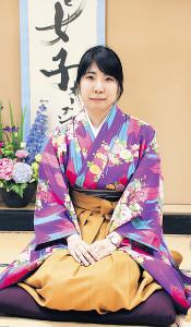 過去最も色鮮やかな和服で臨んだ一局で初タイトルを獲得した西山朋佳女王・奨励会三段
