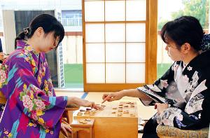 奨励会の同志でもある加藤桃子前女王(右)からタイトルを奪取した西山女王