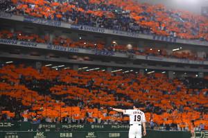 オレンジ色に染まるスタンドを前に、東京ドームのグラウンドに立つ菅野