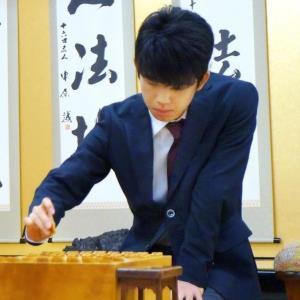 石田直裕五段との竜王戦5組ランキング決勝で2手目を指す藤井聡太七段