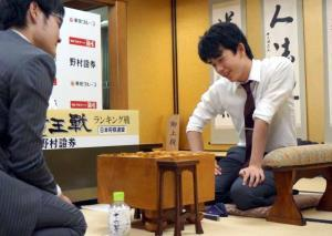 石田直裕五段(左)との竜王戦5組ランキング戦決勝の終局後、感想戦を行う藤井聡太七段