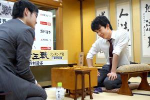 石田直裕五段(左)との感想戦で、笑顔で対局を振り返った藤井聡太七段
