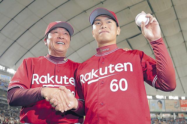 古川(右)は、ウィニングボールを手に梨田監督と握手
