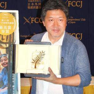外国特派員協会でトロフィーを披露した是枝裕和監督