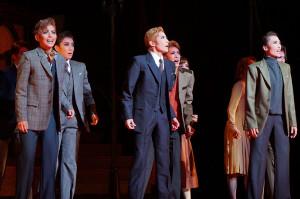 劇中の緊迫の場面。前列左からハイメ(朝美絢)、ラヴィック(轟悠)、ボリス(望海風斗)