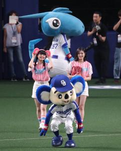 始球式を行うNGT48の長谷川玲奈(右)と本間日陽