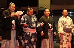大岩戸(左から3人目)の断髪式で相撲甚句を歌う勢(左端)