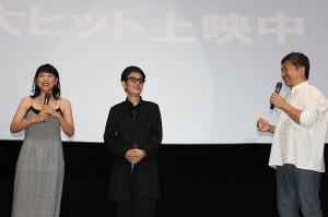 映画「万引き家族」の公開記念舞台あいさつに出席した(左から)安藤サクラ、リリー・フランキー、是枝裕和監督