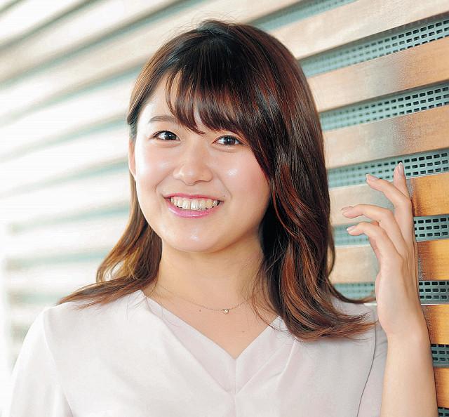 生放送中もスタジオ外で原稿の下読みに精を出す努力家の尾崎里紗アナ。「先日、熱中しすぎて『ナラベロ』のコーナーに遅刻してしまいました…」