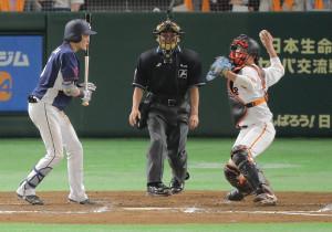 6月10日の西武戦、7回2死一塁、打者・源田(左)の時、小林は秋山の二盗を阻止する(カメラ・堺 恒志)