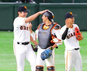 菅野(右)ら投手陣からも絶大な信頼を得ている小林