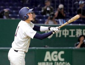 4回無死一塁、右越えに適時二塁打を放つ大商大の太田光(カメラ・泉 貫太)