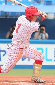 6回1死三塁、富士大・佐藤龍が右中間へ同点の適時二塁打を放つ