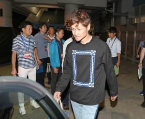試合後にタクシーに乗り込み球場を後にした大和
