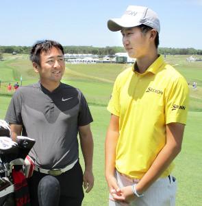 繰り上がりで初出場する星野(右)と杉澤伸章氏