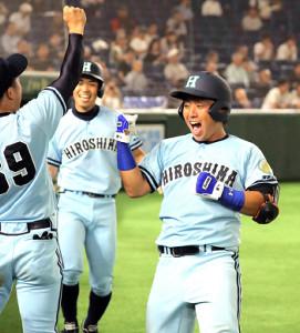 4回無死一塁、2ランを放った広島大・国政(右)はガッツポーズ