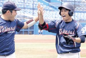 3回に先制の中越え適時二塁打を放った青木(右)はベンチで仲間に迎えられて笑顔