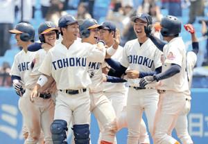 サヨナラ打を放った吉田隼(左から4人目)ら喜びに沸く東北福祉大ナイン