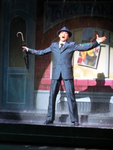 宝塚歌劇月組公演「雨に唄えば」の名場面での珠城りょう