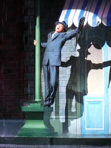 宝塚歌劇月組公演「雨に唄えば」の名場面での珠城りょう。本物の水を使い、ダンスを踊り歌を披露する