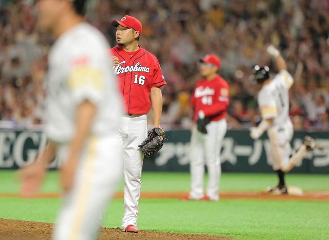 7回2死一塁、内川(右)に左越え2点本塁打を打たれた今村(カメラ・岩下 翔太)