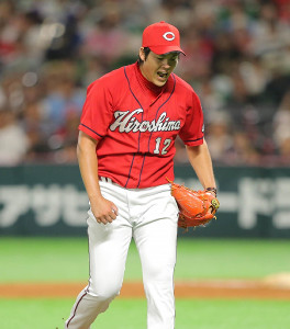 8回2死一塁、高田を見逃し三振に抑え、吠えながらベンチへ戻る九里(カメラ・岩下 翔太)