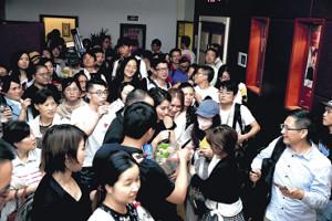 イベント後、100人以上の現地ファンに囲まれた広瀬アリス(中央の黒いドレス)