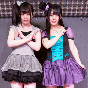 仮面女子に昇格した野咲わか(右)と海月咲希