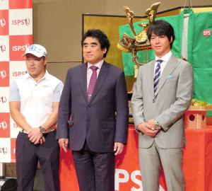 ハンダマッチプレー選手権の会見に出席した男子ゴルフの石川遼選手会長(右)と半田晴久大会会長(中)、藤本佳則