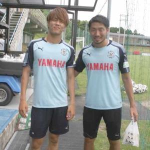 練習後に笑顔をみせた(左から)小川航、桜内