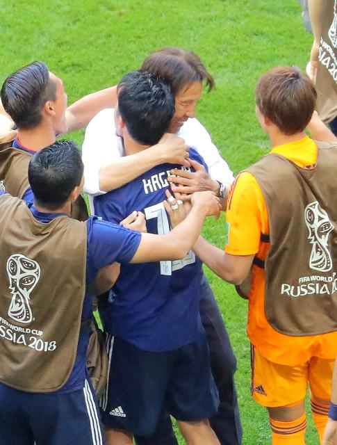 コロンビア戦勝利を決め、香川と抱き合う西野監督