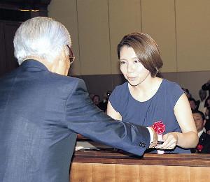 道体協の堀会長(左)から特別表彰を受ける本橋