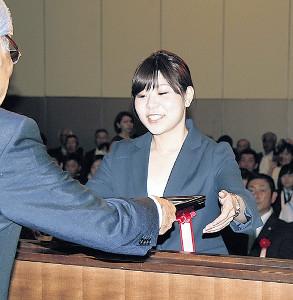 表彰を受けるLS北見の吉田夕