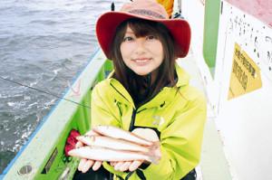 20センチ級の良型シロギスを釣って笑顔の晴山由梨(弁天屋で)