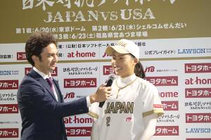 日米対抗第2戦で決勝打を放ち、お立ち台に上がった山崎早紀