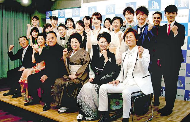 コンサートへ意気込む(前列左から)徳光和夫、藤原紀香、細川たかし、三船和子、大石まどか、氷川きよしら出演者