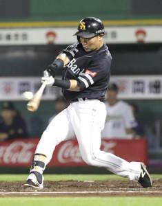 10回2死一塁、ライトポール際に打球を打った中村晃