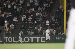 10回2死一塁、中村晃のライトポール際への打球を追いかける(左から)右翼手・ロメロと二塁手・福田。観客はファウルとアピール